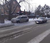 Пожилая автоледи на «Тойоте» устроила ДТП, выезжая со двора в Бердске