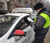 Таксистов нарушителей отлавливают автоинспекторы региона
