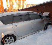 Проломил гаражную стену автомобиль «Тойота Ипсум» в Бердске