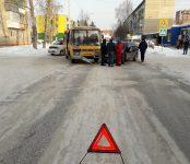 Автобус ЦМУ протаранил легковую иномарку на перекрестке в Бердске возле автошколы