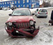 Американский Jeep и Honda Jazz от японского производителя столкнулись на перекрёстке в Бердске