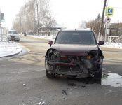 «Ниссан» повредил серьёзно передок о «семёрку» на перекрёстке в Бердске