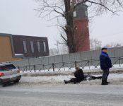 Живой увезли медики «скорой» женщину-пешехода, сбитую «Мицубиси» на трассе Р-256 в Бердске
