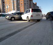 Toyota Isis протаранил Subaru Forester из-за ледяной колеи на дороге в Бердске
