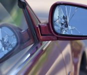Дорожные войны в Бердске: Пассажир швырнул шланг от стиральной машины, повредив попутчику капот его авто в Бердске