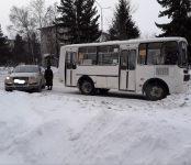 Объезжая снежный вал на главной улице Бердска рейсовый автобус №7 зацепил иномарку