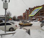 Порывом ветра вырвало с корнем дорожный знак у детсада в Бердске