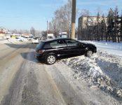 Едва не разбились из-за колеи на улице Черёмушной в Бердске водитель «Опеля» и её несовершеннолетний пассажир