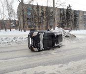 Иномарка с женщиной и ребёнком перевернулась на дороге в Бердске
