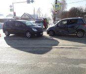 Toyota Opa и Suzuki Swift не разъехались без аварии на перекрёстке в Бердске