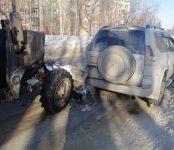 Дорожный трактор превысил скорость и протаранил Toyota Land Cruiser Prado в Бердске