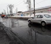 Чёрной субстанцией заливает улицу Суворова в Бердске