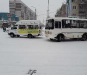 Автобус из Академгородка разбил стекло в маршрутке №12 в Бердске