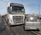 Большегруз Volvo подмял под себя легковой Nissan Cube на трассе в Бердске