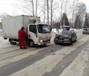 Легковой авто протаранил грузовик на Т-образном перекрёстке в Бердске