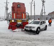 Маневровый тепловоз подмял под себя легковушку на железнодорожном переезде в Бердске