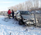 В столкновении двух «Тойот» разрушено дорожное ограждение на трассе в Бердске