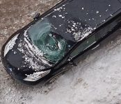Глыба снега, упавшая с крыши, разбила иномарку в Новосибирске