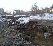 Рухнула дорога к лагерям и дачам после обильного половодья в Бердске