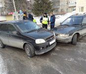 Две иномарки не разъехались без столкновения у перекрёстка в Бердске