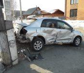 «Ниссан» снёс дорожный знак после столкновения с «Маздой» в Бердске
