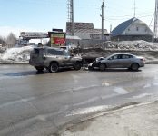 Toyota Land Cruiser Prado уничтожил Renault Fluence на перекрёстке в Бердске