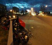 Травмировал ногу мотоциклист на «Хонде», столкнувшись с автомобилем на трассе Р-256 в Бердске
