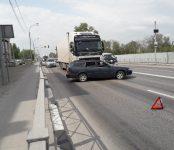 Фура из Красноярска подмяла под себя легковушку на трассе в Бердске