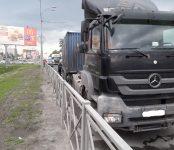 Попала под контейнеровоз Mercedes вазовская «четвёрка» на трассе в Бердске