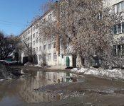 «Это было как взрыв»: швыряют пакеты с водой на крыши автомобилей из общаги в Бердске