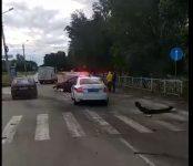 Иномарка снесла дорожное ограждение на переходе у храма в Бердске