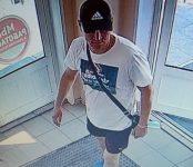 Украл деньги из незапертого автомобиля высокий мужчина в тёмной бейсболке в Бердске