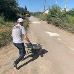 Кандидатский минимум: Мужчина в бейсболке заштукатурил декоративной смесью от короедов дорогу в Бердске