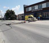 «Шестёрка» уложила бетонный столб на дорогу в Бердске