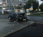 В Ленинском районе Новосибирска «Мерседес» врезался в опору ЛЭП, уходя от столкновения с пешеходом