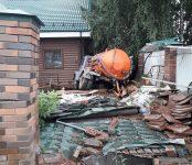 Ассмашина проломила кирпичный забор и врезалась в угол частного дома в Бердске