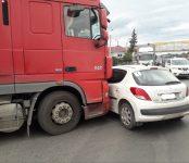 Девушка на Peugeot попала под фуру в Бердске