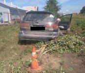 Пьяный на «Калдине» уничтожил кустарники на улице Защитников Отечества в Бердске