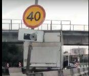Термобудка заехала в Бердск по встречке и столкнулась с «Ниссаном» под мостом