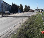 Экскаватор завалил столб на дорогу в Бердске