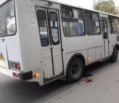 Поранила в кровь руку об автобус на остановке пожилая женщина в Бердске