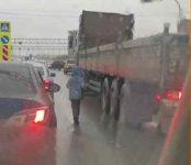 Просит мелочь у водителей на проезжей части несовершеннолетний житель Новосибирска